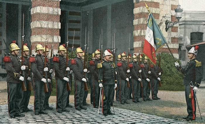 Evolution du casque de pompier FR 1812-2015 Sapeurs-pompiers-salut-au-drapeau